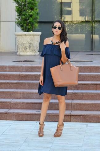 Combinar un vestido con hombros al descubierto azul: Ponte un vestido con hombros al descubierto azul transmitirán una vibra libre y relajada. Sandalias de tacón de cuero marrón claro son una opción inmejorable para completar este atuendo.