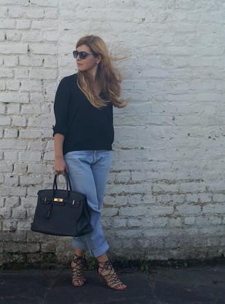 Cómo combinar: bolsa tote de cuero negra, sandalias de tacón de ante de leopardo marrónes, vaqueros boyfriend celestes, blusa de manga larga negra
