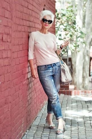 Look de moda: Bolsa tote de cuero blanca, Sandalias de tacón de cuero con print de serpiente grises, Vaqueros boyfriend azules, Jersey con cuello circular blanco