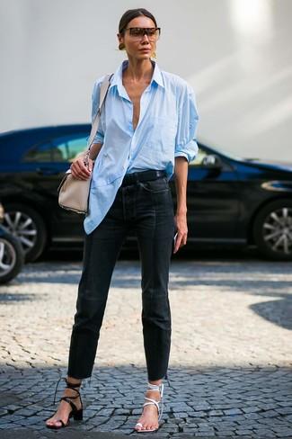 Cómo combinar: sandalias de tacón de cuero negras, sandalias de tacón de cuero blancas, vaqueros negros, camisa de vestir celeste