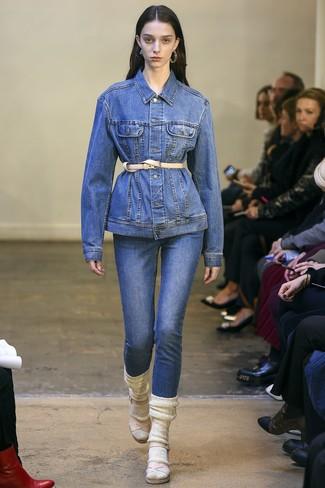 Combinar un cinturón de cuero marrón claro: Si eres el tipo de chica de jeans y camiseta, te va a gustar la combinación de una chaqueta vaquera azul y un cinturón de cuero marrón claro. Sandalias de tacón de cuero en beige son una opción inmejorable para completar este atuendo.