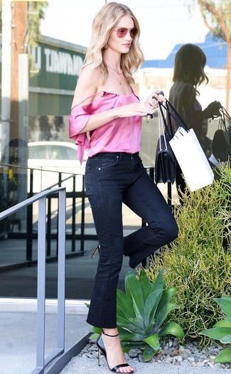 Cómo combinar: bolso bandolera de cuero negro, sandalias de tacón de cuero negras, vaqueros de campana negros, camiseta sin manga de seda rosa