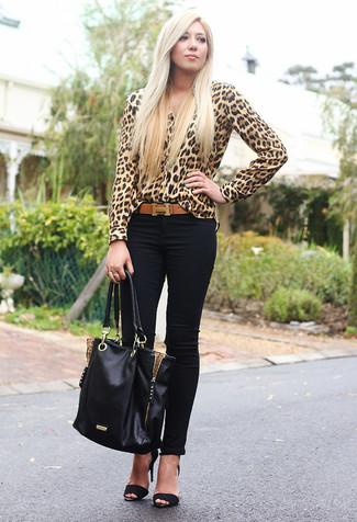 Cómo combinar: bolsa tote de cuero negra, sandalias de tacón de ante negras, vaqueros pitillo negros, blusa de botones de leopardo marrón claro