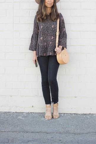 Cómo combinar: bolso bandolera de cuero marrón claro, sandalias de tacón de cuero marrón claro, vaqueros pitillo negros, blusa de manga larga estampada negra