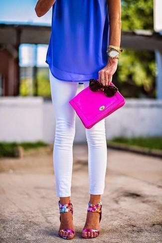 Cómo combinar: cartera sobre de cuero rosa, sandalias de tacón de cuero con print de flores rosa, vaqueros pitillo blancos, blusa sin mangas de gasa azul