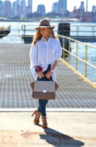 Cómo combinar: bolso de hombre de cuero marrón, sandalias de tacón de ante marrónes, vaqueros pitillo azul marino, camisa de vestir de rayas verticales azul