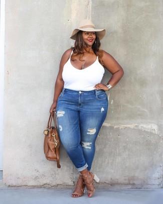 Cómo combinar: bolsa tote de cuero marrón, sandalias de tacón de cuero marrón claro, vaqueros pitillo desgastados azules, camiseta sin manga blanca