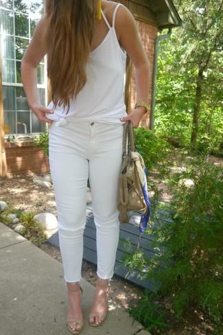 Cómo combinar: bolsa tote de cuero en beige, sandalias de tacón de cuero en beige, vaqueros pitillo desgastados blancos, camiseta sin manga blanca