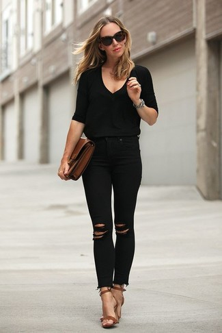 Cómo combinar: cartera sobre de cuero marrón, sandalias de tacón de cuero marrónes, vaqueros pitillo desgastados negros, jersey de pico negro