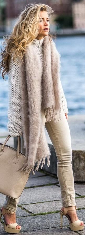 Cómo combinar: bolsa tote de cuero marrón claro, sandalias de tacón de cuero en beige, vaqueros pitillo en beige, jersey oversized de punto en beige