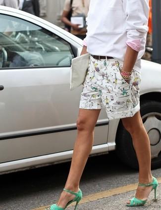 Cómo combinar: cartera sobre de cuero blanca, sandalias de tacón de cuero verdes, pantalones cortos estampados blancos, sudadera blanca