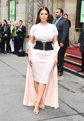 Cómo combinar: cinturón de elástico negro, sandalias de tacón de ante rosadas, vestido ajustado de punto blanco, abrigo duster rosado