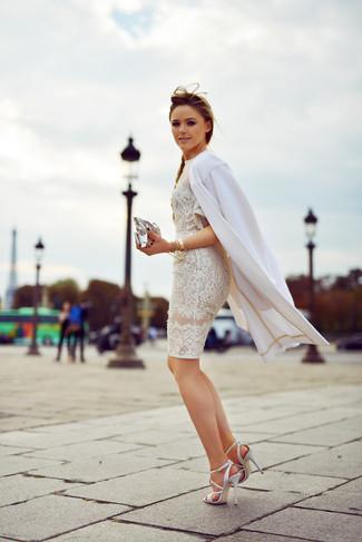 Cómo combinar: cartera sobre de cuero plateada, sandalias de tacón de cuero blancas, vestido ajustado de encaje blanco, abrigo blanco