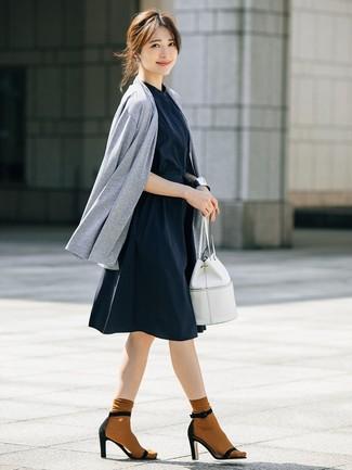Cómo combinar: mochila con cordón de cuero blanca, sandalias de tacón de ante negras, vestido camisa azul marino, cárdigan abierto gris