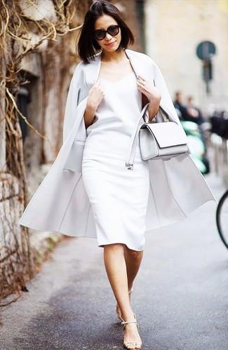 Cómo combinar: bolso bandolera de cuero blanco, sandalias de tacón de cuero en beige, vestido tubo blanco, abrigo blanco
