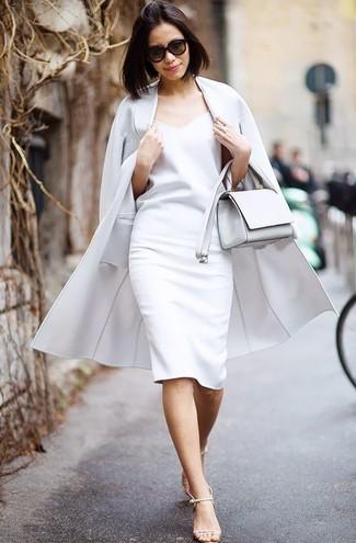 Cómo combinar: bolso bandolera de cuero blanco, sandalias de tacón de cuero en beige, vestido tubo blanco, abrigo gris
