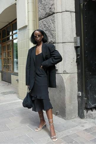 Cómo combinar: bolsa tote de crochet negra, sandalias de tacón de cuero doradas, vestido tubo con volante negro, blazer negro