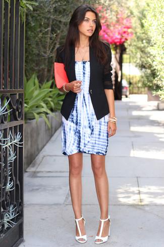Cómo combinar: cartera sobre de cuero rosa, sandalias de tacón de cuero blancas, vestido tubo efecto teñido anudado azul, blazer negro