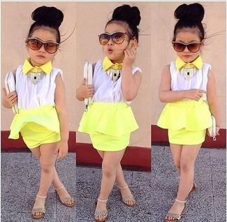 Cómo combinar: sandalias doradas, falda amarilla, camiseta sin manga blanca