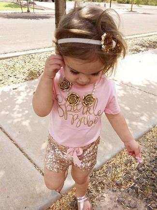 Cómo combinar: sandalias doradas, pantalones cortos dorados, camiseta rosada