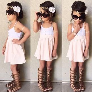 Cómo combinar: sandalias en marrón oscuro, falda rosada, camiseta sin manga blanca