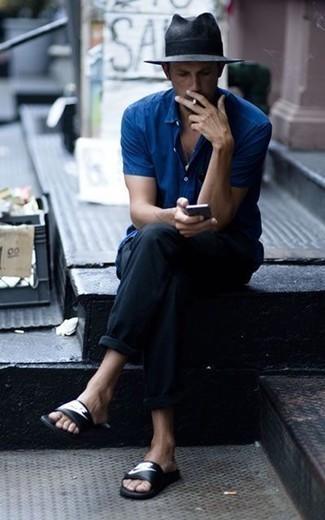 Combinar una camisa de manga corta azul: Elige una camisa de manga corta azul y un pantalón chino negro para cualquier sorpresa que haya en el día. ¿Quieres elegir un zapato informal? Opta por un par de sandalias de cuero estampadas en negro y blanco para el día.