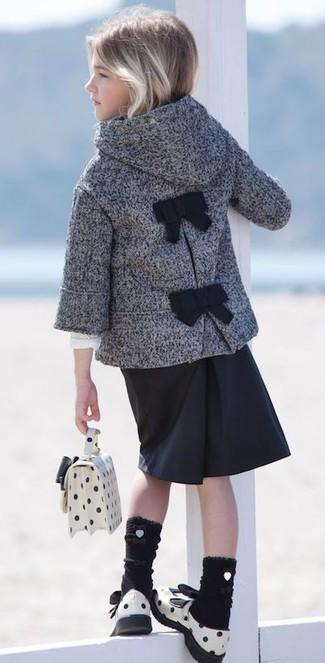 Cómo combinar: bolso blanco, sandalias de cuero blancas, falda negra, abrigo gris