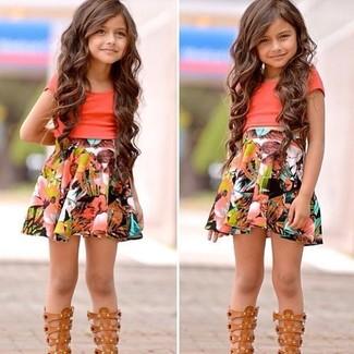 Cómo combinar: sandalias marrón claro, falda en multicolor, camiseta naranja
