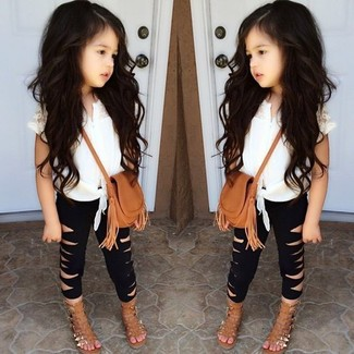 Cómo combinar: sandalias marrón claro, leggings negros, camiseta sin manga blanca