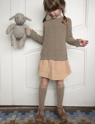 Cómo combinar: calcetines marrónes, sandalias marrónes, falda a lunares en beige, jersey marrón