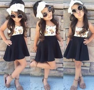 Cómo combinar: sandalias marrónes, falda negra, camiseta sin manga blanca