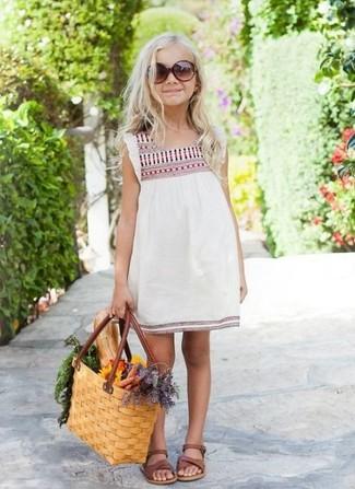 Cómo combinar: sandalias marrónes, vestido bordado blanco