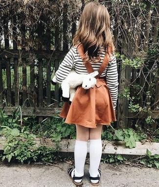 Cómo combinar: calcetines blancos, sandalias negras, falda en tabaco, camiseta de rayas horizontales en blanco y negro