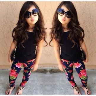 Cómo combinar: sandalias negras, leggings azul marino, camiseta sin manga negra