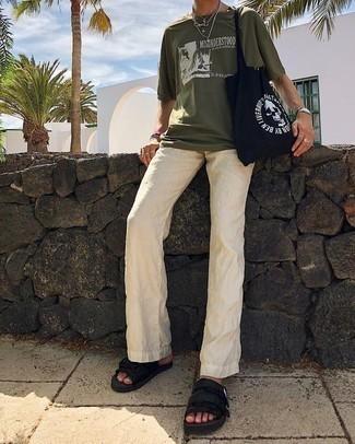 Combinar un pantalón chino de lino en beige: Utiliza una camiseta con cuello circular estampada verde oliva y un pantalón chino de lino en beige para lidiar sin esfuerzo con lo que sea que te traiga el día. Si no quieres vestir totalmente formal, completa tu atuendo con sandalias de lona negras.