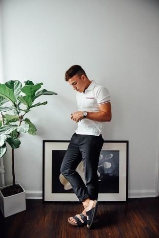 Combinar una camisa polo blanca: Haz de una camisa polo blanca y un pantalón chino en gris oscuro tu atuendo para un look diario sin parecer demasiado arreglada. Sandalias de cuero negras añaden un toque de personalidad al look.