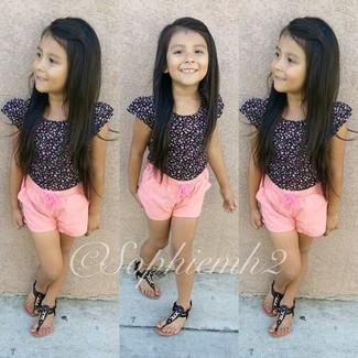 Cómo combinar: sandalias negras, pantalones cortos rosados, camiseta negra