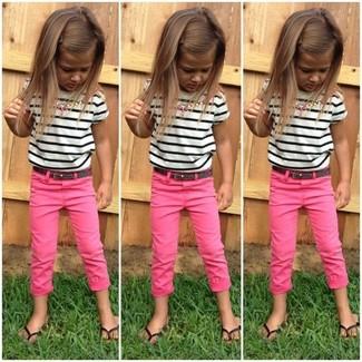 Cómo combinar: sandalias negras, pantalones rosa, camiseta de rayas horizontales en blanco y negro