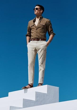 Combinar una camisa de manga larga marrón para hombres de 30 años: Haz de una camisa de manga larga marrón y un pantalón cargo en beige tu atuendo para un almuerzo en domingo con amigos. ¿Quieres elegir un zapato informal? Elige un par de sandalias de cuero en marrón oscuro para el día.