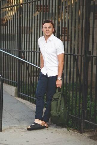 Combinar una gorra de béisbol burdeos: Para un atuendo tan cómodo como tu sillón empareja una camisa de manga corta blanca junto a una gorra de béisbol burdeos. ¿Quieres elegir un zapato informal? Opta por un par de sandalias de cuero negras para el día.