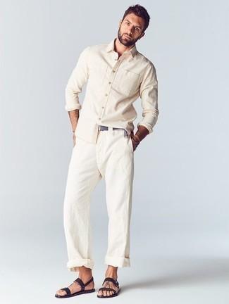 Combinar una camisa de manga larga en beige: Utiliza una camisa de manga larga en beige y un pantalón chino blanco para una apariencia fácil de vestir para todos los días. Para darle un toque relax a tu outfit utiliza sandalias de cuero negras.