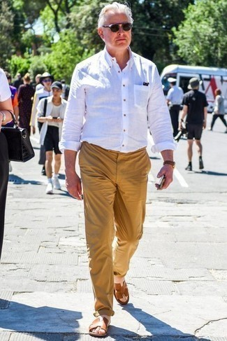 Combinar una camisa en clima caliente: Para crear una apariencia para un almuerzo con amigos en el fin de semana intenta ponerse una camisa y un pantalón chino marrón claro. ¿Quieres elegir un zapato informal? Haz sandalias de cuero marrónes tu calzado para el día.
