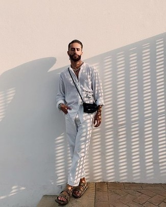 Combinar una camisa en clima caliente: Para un atuendo que esté lleno de caracter y personalidad ponte una camisa y un pantalón chino blanco. Sandalias de ante en beige contrastarán muy bien con el resto del conjunto.