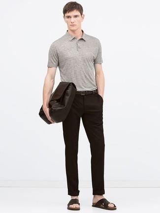 Combinar un portafolio de cuero en marrón oscuro: Ponte una camisa polo gris y un portafolio de cuero en marrón oscuro transmitirán una vibra libre y relajada. ¿Quieres elegir un zapato informal? Elige un par de sandalias de cuero en marrón oscuro para el día.