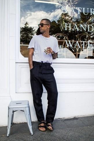 Outfits hombres: Considera ponerse una camiseta con cuello circular de rayas horizontales en blanco y negro y un pantalón chino azul marino para un almuerzo en domingo con amigos. ¿Quieres elegir un zapato informal? Opta por un par de sandalias de cuero negras para el día.