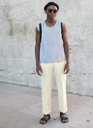 Cómo combinar: mochila negra, sandalias de cuero negras, pantalón chino amarillo, camiseta sin mangas celeste