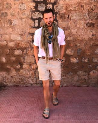 Cómo combinar: correa de cuero marrón, sandalias de ante grises, pantalones cortos en beige, camisa de manga corta rosada