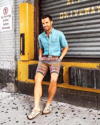 Cómo combinar: correa de cuero marrón, sandalias de ante en beige, pantalones cortos estampados en multicolor, camisa vaquera celeste