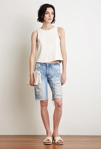 Cómo combinar: cartera sobre de cuero blanca, sandalias planas de cuero blancas, bermudas vaqueras desgastadas celestes, blusa sin mangas blanca