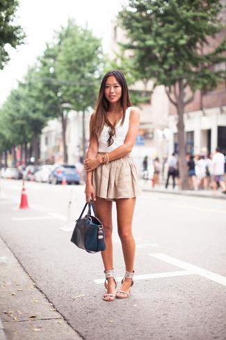 Cómo combinar: bolsa tote de cuero azul marino, sandalias planas de cuero blancas, pantalones cortos de lino en beige, top corto blanco